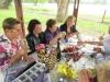 enjoying-a-picnic-on-the-wine-tour